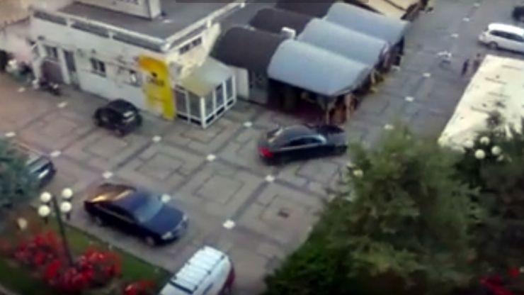 Răzbunare | A intrat cu maşina într-o terasă din Satu Mare #VIDEO