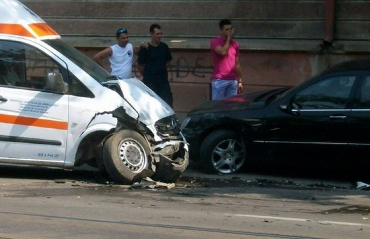 Un șofer beat a intrat într-o ambulanță