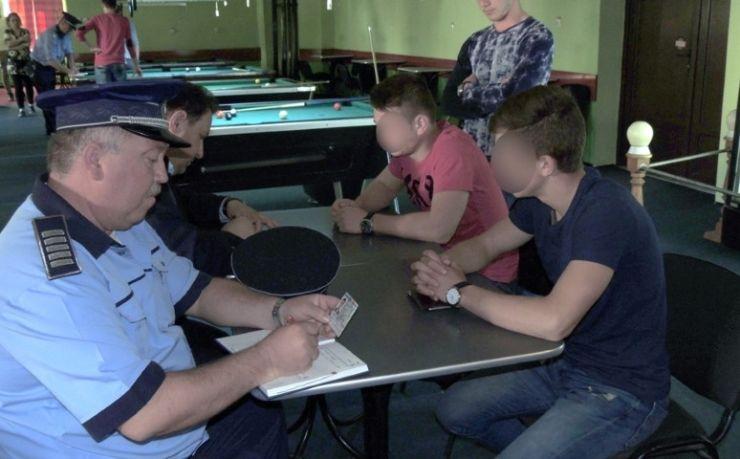 24 de elevi, depistați de polițiștii locali în baruri în timpul orelor de curs