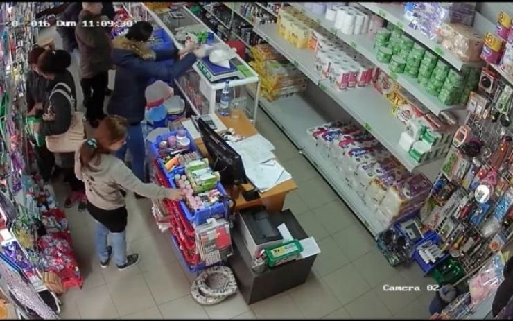 I-a furat lucrurile, în timp ce victima se afla la cumpărături în supermarket