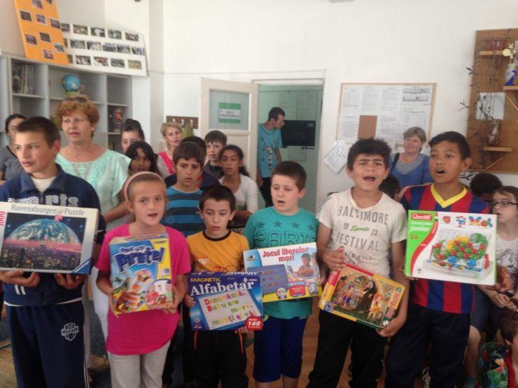 """Elevii școlilor Moisil și Brâncoveanu, implicați în campania: """"Fiecare copil fericit face un alt copil fericit"""""""