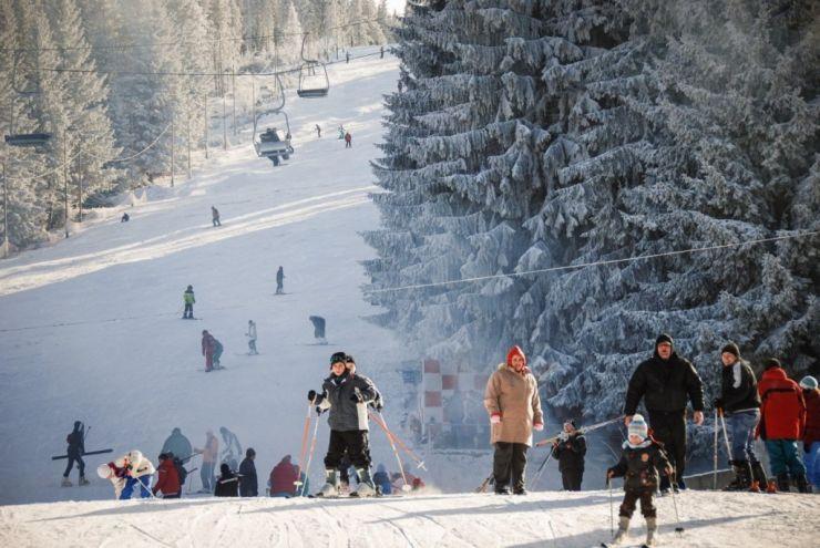 Zona pârtiei de schi Cavnic, aglomerată. Criză de locuri de parcare
