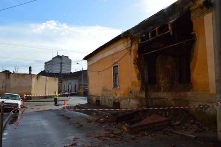 Un perete și o parte din acoperișul unei clădiri de pe strada Kogălniceanu s-au prăbușit