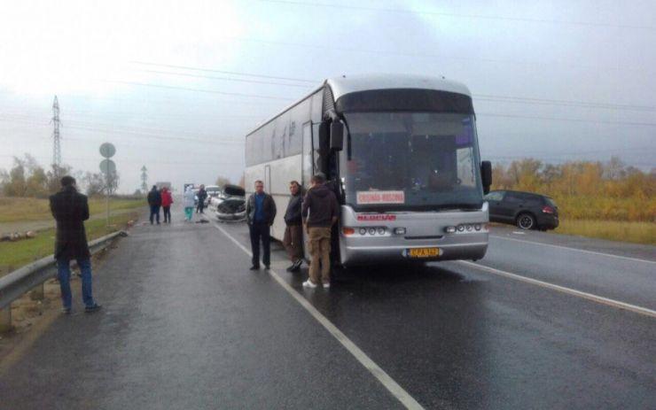 Accident provocat de o șoferiță în Păulești. Aceasta a lovit o mașină și un autobus