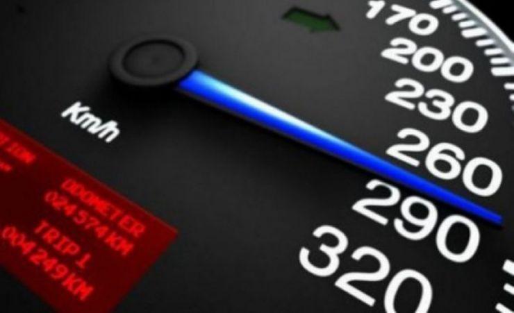 Tânăr prins gonind cu 102 km/h fără să aibă permis de conducere