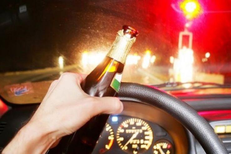 Doi șoferi sub influența băuturilor alcoolice au fost prinși la volan