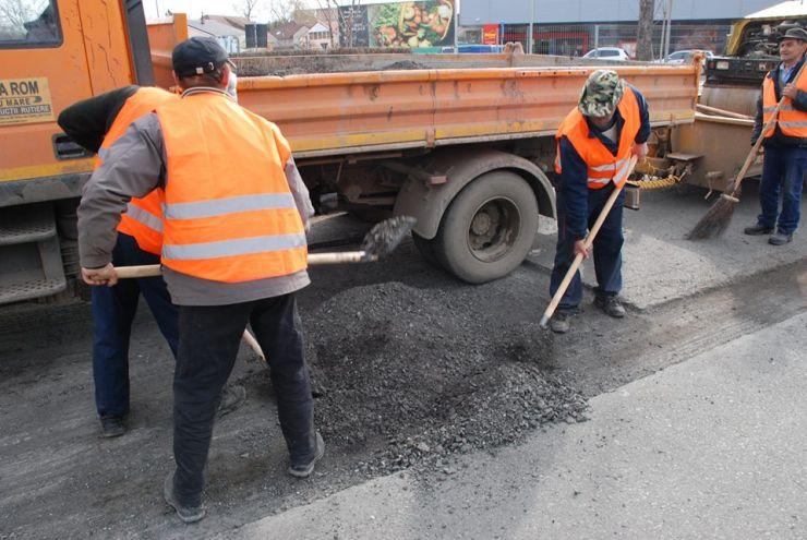 A început plombarea gropilor din asfalt