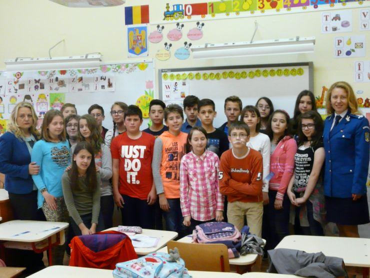 """Jandarmii au desfăşurat activităţi preventiv informative cu elevii clasei a VI-a C a Şcolii """"Grigore Moisil"""""""