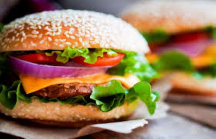 Zilele orașului Satu Mare 2017: concurs de mâncat hamburger la viteză și concurs de mâncat picant