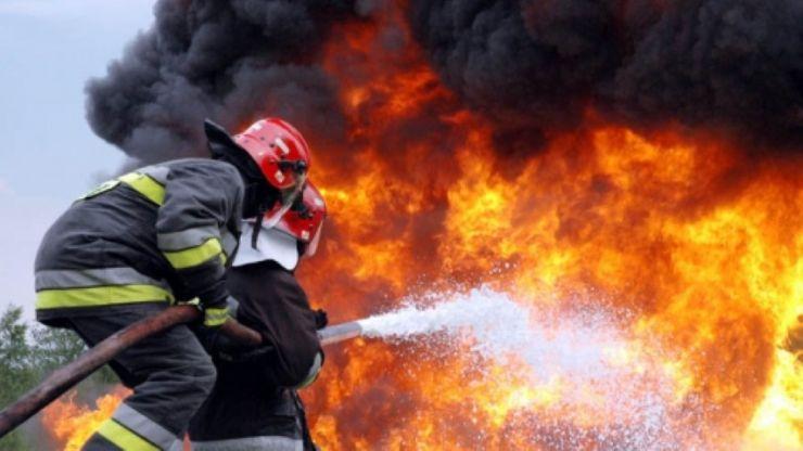Incendiu la un apartament. Proprietarul și vecina acestuia, intoxicați cu fum