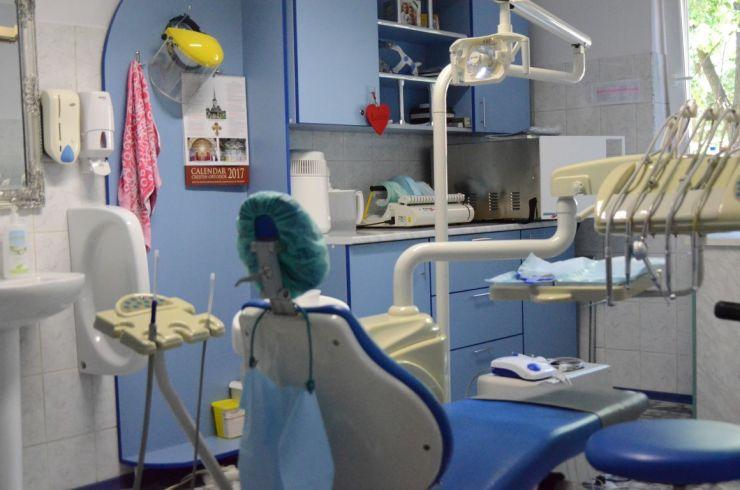"""Clinica """"Sfântul Anton"""" a donat scaune stomatologice pentru două școli"""