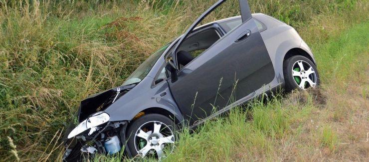 Două persoane au ajuns la spital, după ce șoferul s-a răsturnat în șanț cu mașina