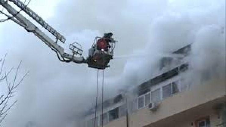 Incendiu la un bloc de locuințe | 45 de persoane evacuate de pompierii careieni