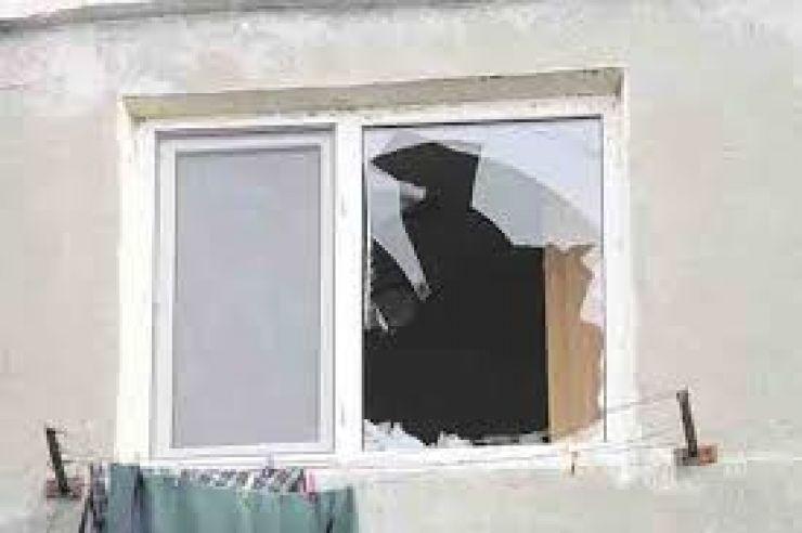 Fără motiv, a spart geamurile unei case unde locuiește o femeie de 92 de ani