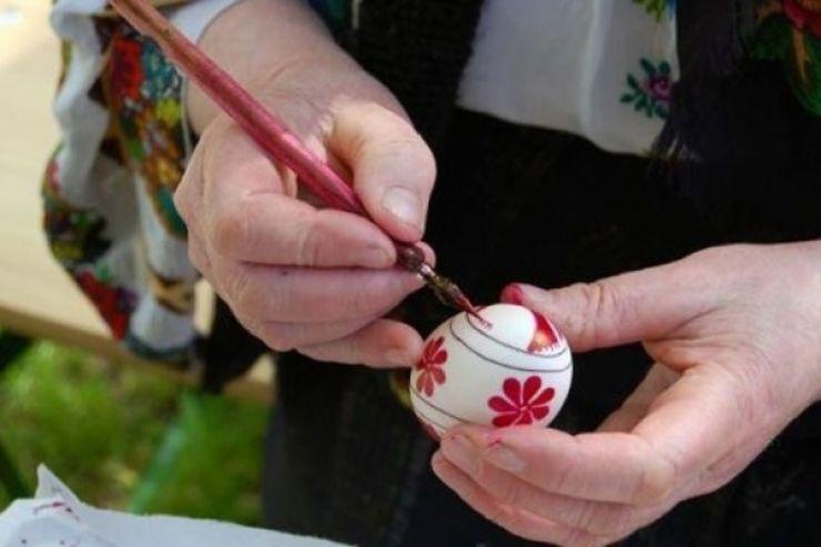 Ateliere interactive de încondeiat ouă, cu meșteri populari din Bucovina, la Muzeul de Artă