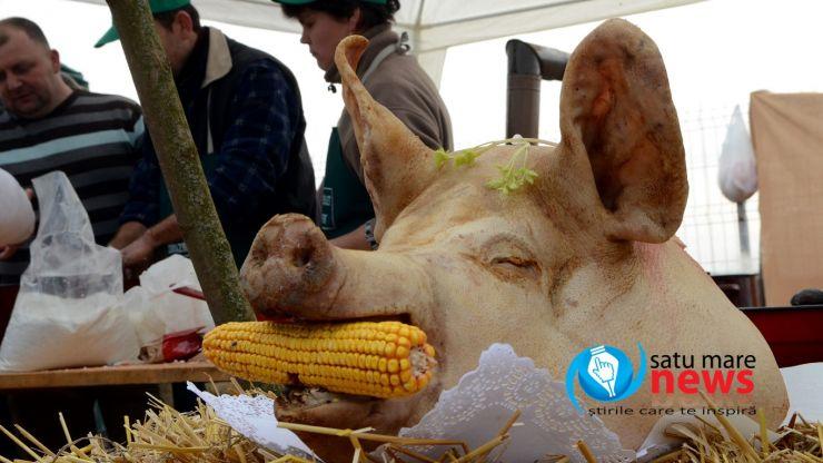 Concurs de tăiat porci în Lazuri. Măcelarul din Ghenci a uimit mulțimea prin dibăcia lui