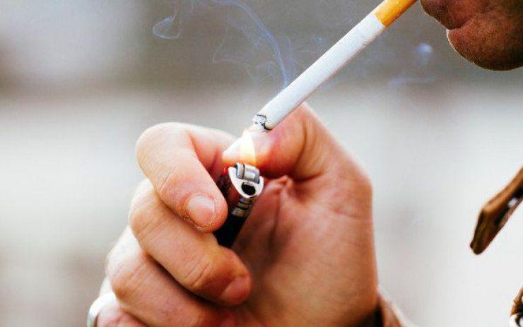 S-au pitit în gang să fumeze, dar s-au ales cu dosare penale