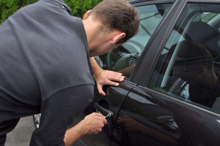 I-au furat portofelul şi telefonul din maşina parcată pe o stradă din Carei