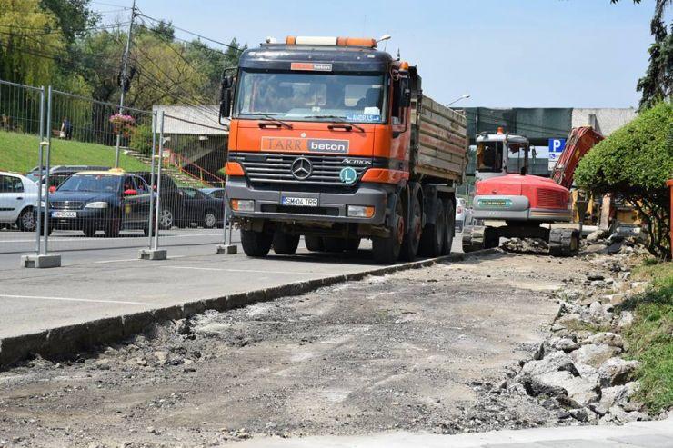 Se reabilitează trotuarele de pe Bulevardul Transilvania