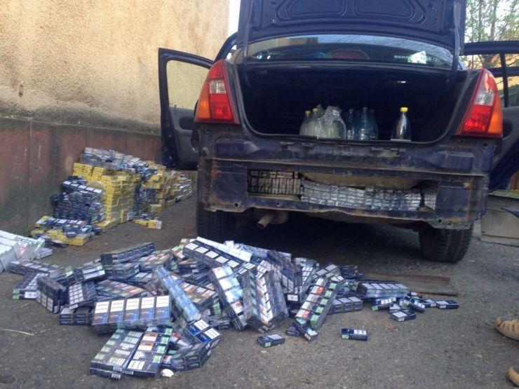 Mașină burdușită cu țigări de contrabandă