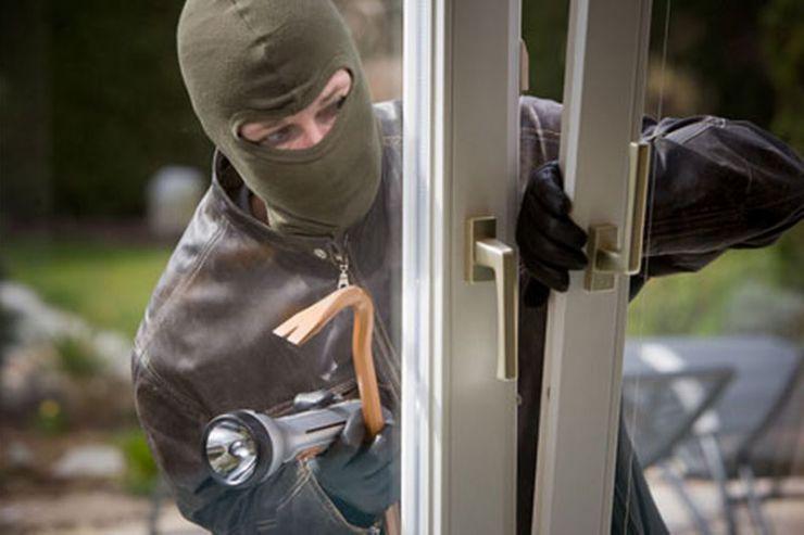 Un minor a furat bani și bijuterii din locuința unei tinere