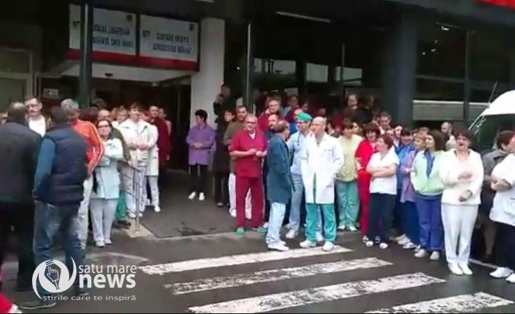 Protest | Angajații Spitalului Judeţean Satu Mare au ieșit în curtea spitalului