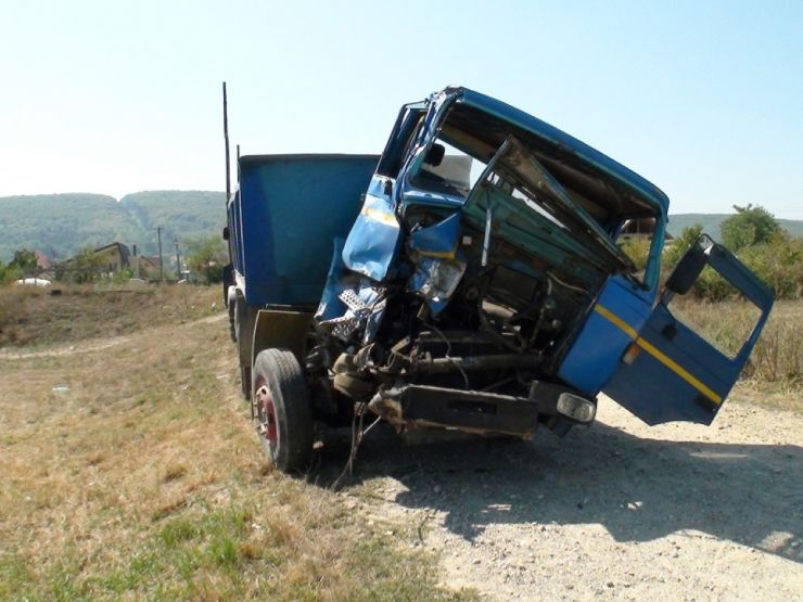 Accident de muncă | Un angajat al balastierei din Vetiș s-a răsturnat cu autobasculanta