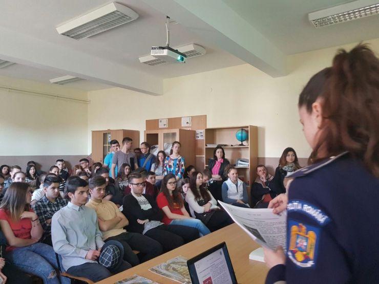 FOTO: Poliţiştii sătmăreni i-au învăţat pe elevi să protejeze patrimoniul cultural naţional