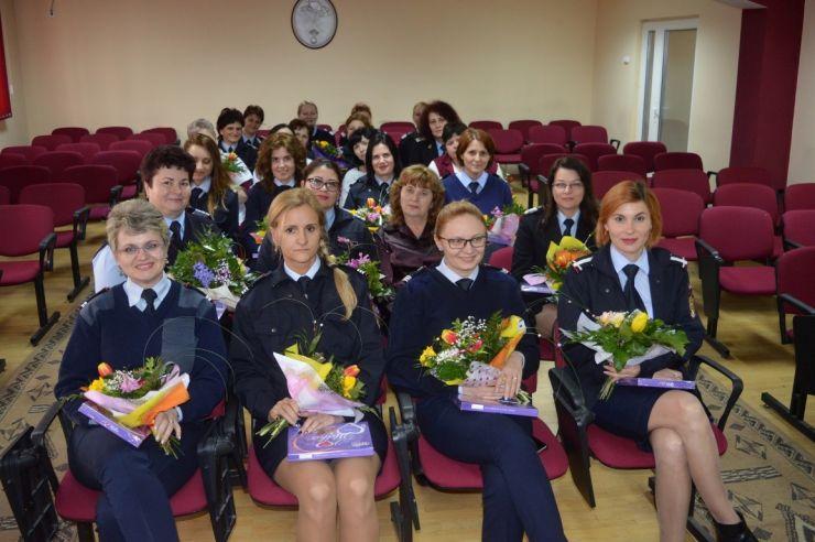 8 Martie a adus îmbrăţişări şi flori la ISU Satu Mare (foto)