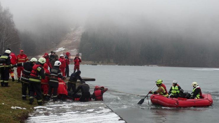 Exercițiu. Acțiune româno-ungară de salvare a trei persoane căzute în lacuri îngheţate (foto)