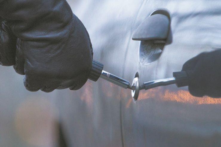A furat o mașină parcată într-un garaj