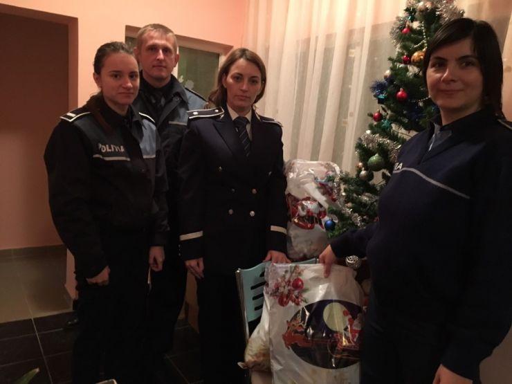 """Polițiștii sătmăreni au oferit cadouri copiilor de la Centrul """"Laura"""""""