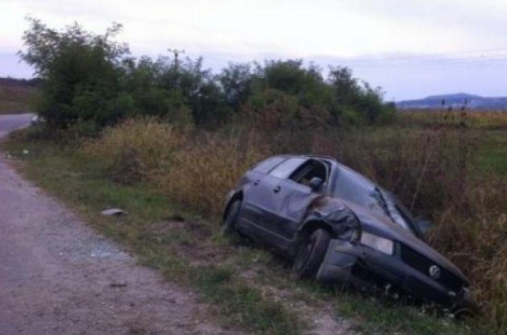 Un minor a intrat cu mașina într-un șanț, apoi și-a abandonat prietenul rănit