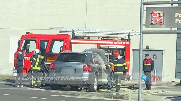 Un Porsche Cayenne a luat foc în parcarea de la Kaufland