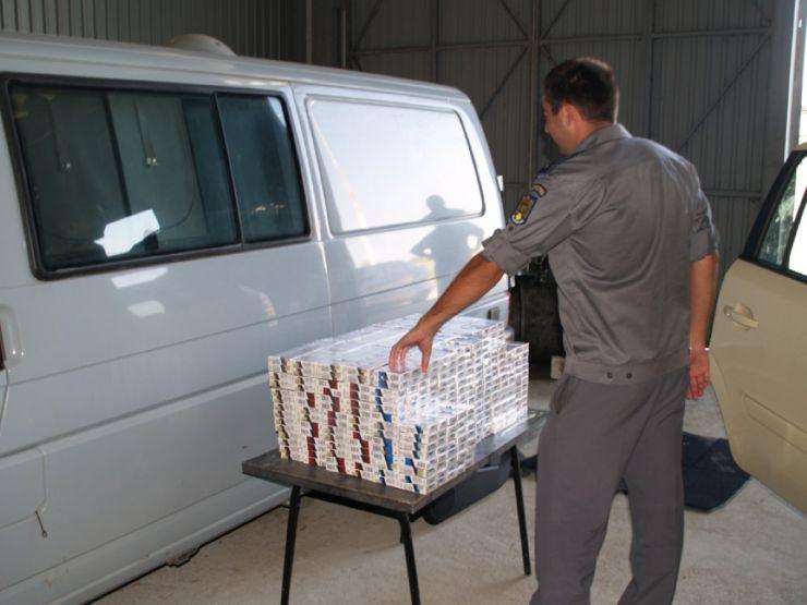 Aproximativ 37.000 de pachete cu ţigări de contrabandă, confiscate la frontiera de nord