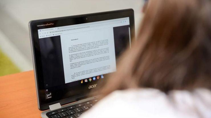 Elevii din 13 unități de învățământ din județ intră de luni în online