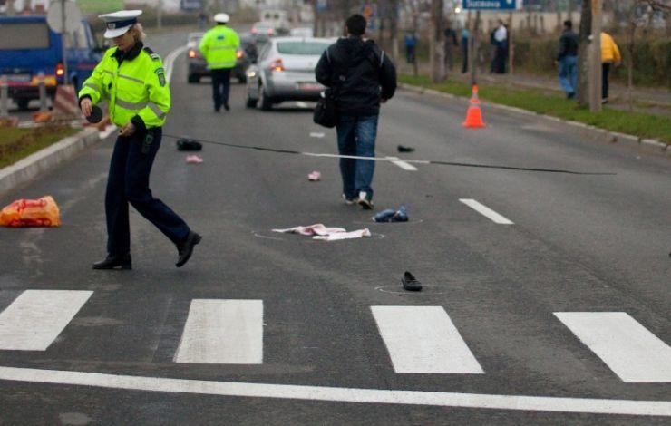A lovit în plin doi bărbați aflați pe trecerea de pietoni. Unul se află în stare gravă
