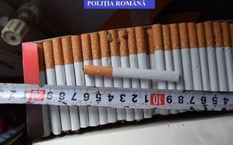 Țigări de contrabandă confiscate de poliţişti