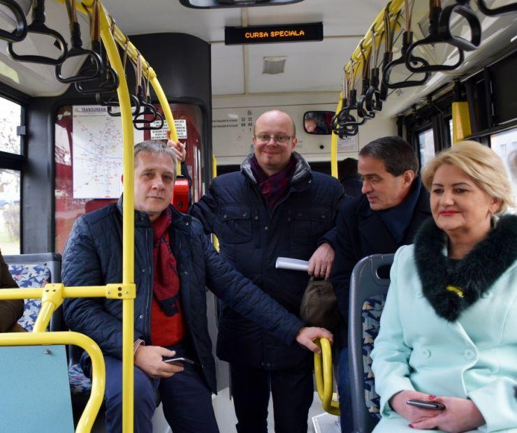 #Inedit | Conferință de presă în autobuz. Primarul Kereskényi Gábor a prezentat o parte dintre realizările din 2017