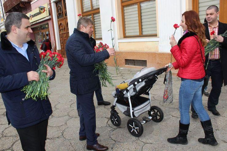 PSD Satu Mare a oferit flori sătmărencelor