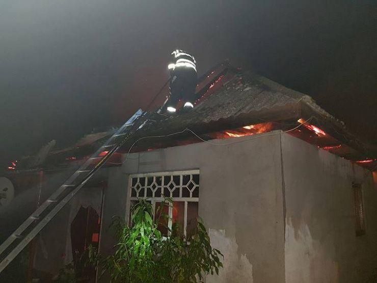 Incendiu la o casă din Trip. Pompierii s-au luptat patru ore cu focul