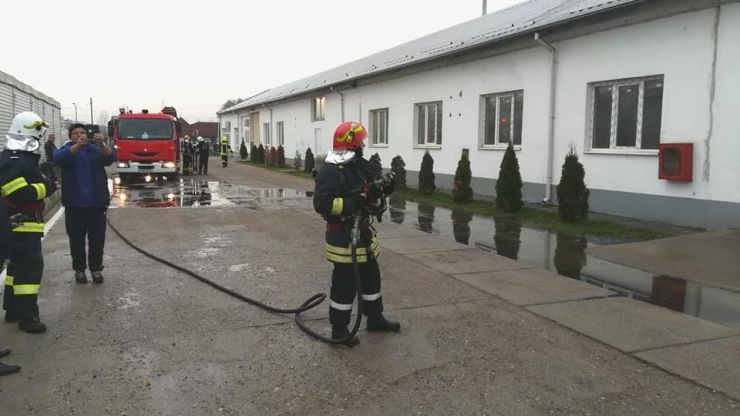 FOTO   Incendiu la o fabrică de mobilă. 40 de angajați, evacuați (exercițiu)