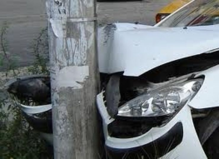 O tânără a intrat cu mașina într-un stâlp de beton