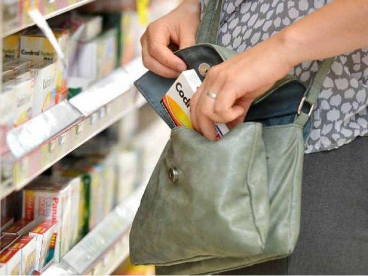 Tânără, de 22 ani, prinsă la furat într-un supermarket