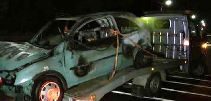 Două mașini incendiate în urma unui accident
