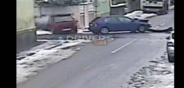 Nu a oprit la STOP, a intrat într-o altă mașină și s-a oprit într-un gard