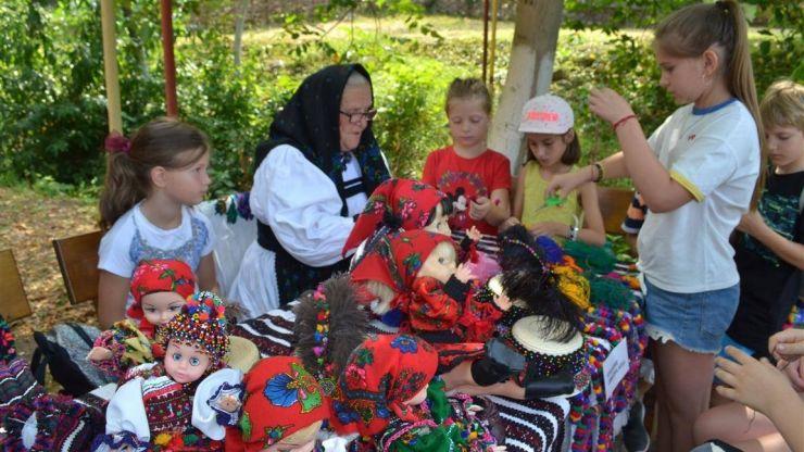 """Peste 700 de copii din Negrești și din diaspora au pășit """"Pe ulițele satului...  la Muzeul în Aer Liber al Țării Oașului"""""""