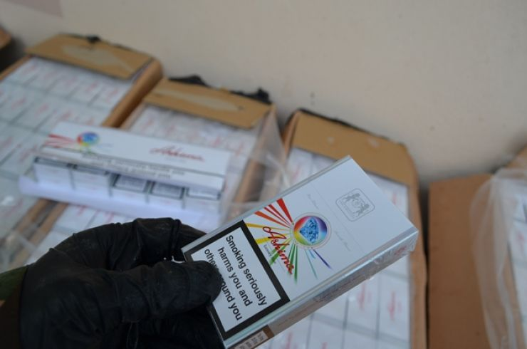 Peste 2.400 de țigarete fără documente legale, ridicate de polițiști