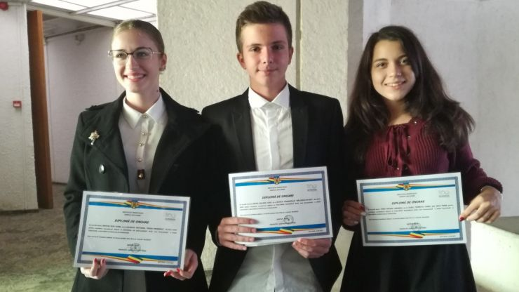 Trei elevi de zece, premiați de prefect