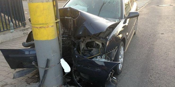 Accident în Ardud. A intrat cu mașina în stâlp